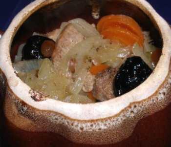 Свинина в горшочке с черносливом