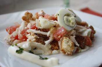 Салат «Обжорка» с сухариками, помидорами и колбасой
