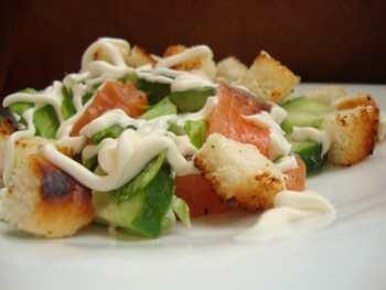 Салат с семгой, огурцами и сухариками