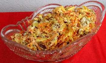 Салат с сухариками, свежей морковью и чесноком