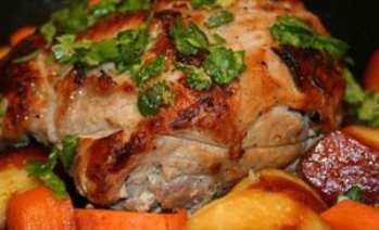 Свиная корейка, запеченная с овощами и пряностями