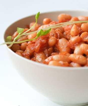 Фасоль, тушенная в томатно-пивном соусе