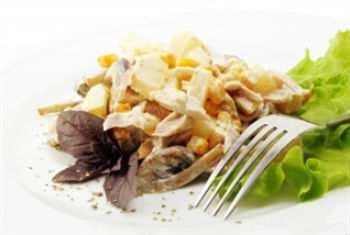 Горячий салат с курицей и ананасом