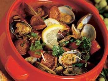 Моллюски с чоризо и помидорами