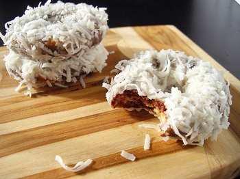 Мраморные пончики с кокосовым айсингом и заварным кремом