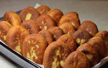 Пирожки со свежей клубникой на кефире