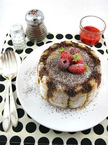 Рецепт шарлотки с кофе и клубникой