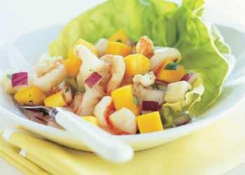 Салат из языка с креветками и ананасом