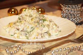 """Салат """"Оливье"""" с куриным филе: рецепт с пошаговым фото"""