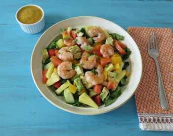 Салат с авокадо, креветками и ананасом