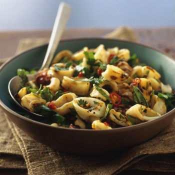 Салат с кальмарами, грибами, маслинами