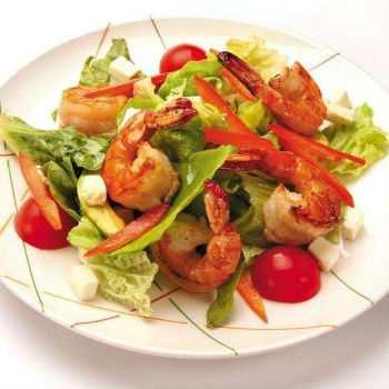 Салат с креветками, сыром и зеленью