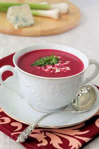 Горячий суп - пюре свекольник с яблоком и хреном