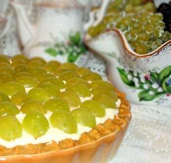 Быстрый торт с творогом и виноградом