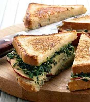 Горячий сэндвич с орехами и голубым сыром